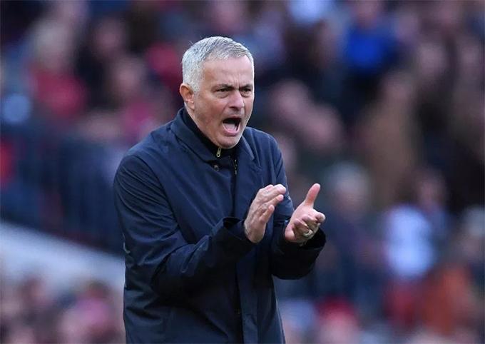 Sang hiệp hai, Mourinho có những điều chỉnh về chiến thuật và nhân sự, đốc thúc các học trò tấn công tìm kiếm bàn thắng.