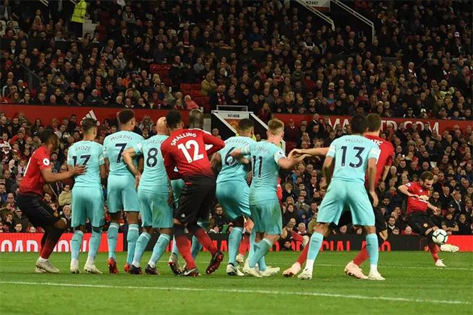 Mata ghi bàn rút ngắn tỷ số xuống 1-2 cho MU sau pha đá phạt hiểm hóc ở phút 69.