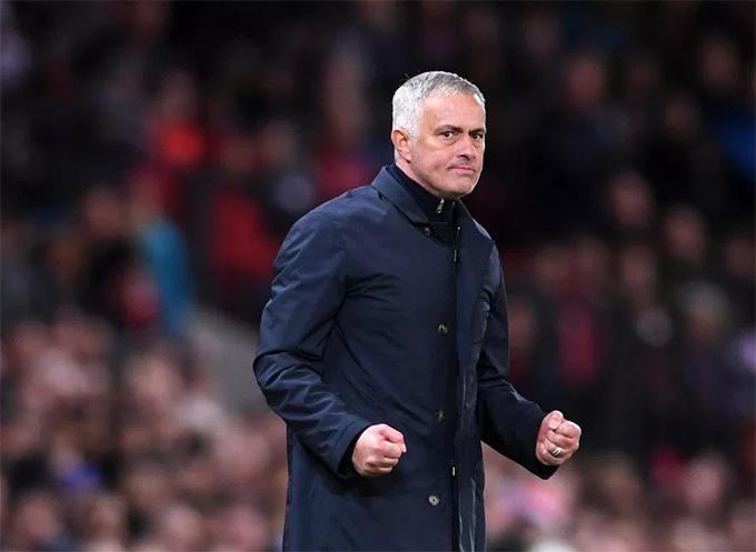 Mourinho bớt căng thẳng sau bàn thắng của Mata.