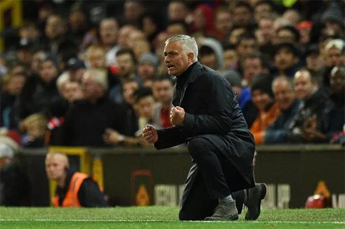 Phút 76, Martial quân bình tỷ số 2-2 cho MU. Mourinho quỳ gối, nắm chặt tay ăn mừng.
