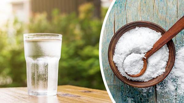 Để làm dịu làn da mẩn đỏ do kích ứng, hãy hòa một chút muối biển vào nước rồi dùng bông cotton thấm dung dịch thoa nhẹ lên da.