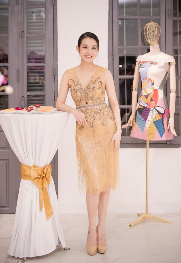 Hoa hậu Thùy Lâm ghi điểm giữa dàn mỹ nhân dự khai trương showroom của NTK Lê Thanh Hòa với bộ đầm đính kết tỉ mỉ, tôn đường cong cơ thể.