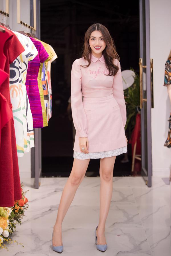 Trong khi đó, Á hậu Lệ Hằng chọn trang phục hồng pastel làm bật lên nét trẻ trung.