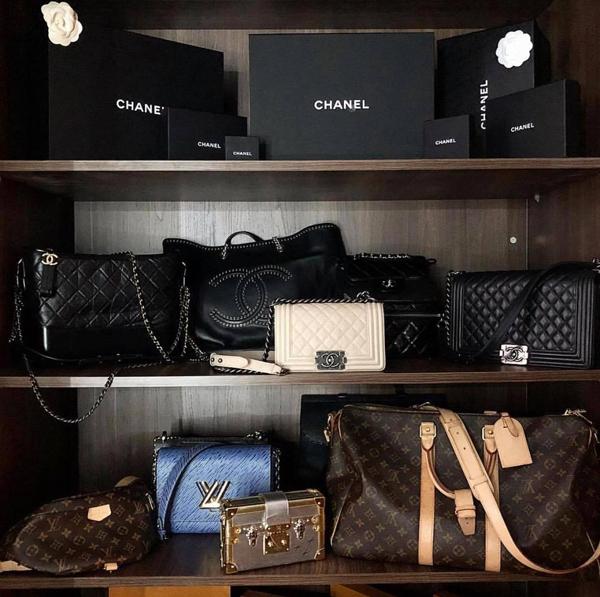 Túi Chanel đen với nhiều kiểu dáng và dòng túi là sản phẩm thường được Kỳ Duyên dùng nhiều nhất. Bởi nó dễ phối đồ và thường mang lại tổng thể chỉn chu cho phong cách menswear mà cô ưa chuộng.