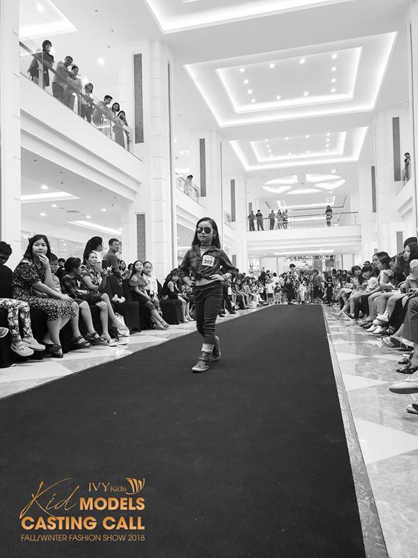 Các model nhí rất tự tin sải bước trong buổi casting của IVY moda.