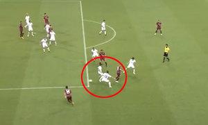 Iniesta đánh gót điệu nghệ khiến fan Nhật Bản thích thú
