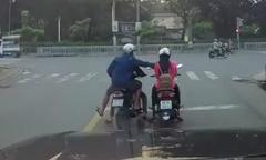 Cô gái đi xe máy lướt web bị cướp điện thoại