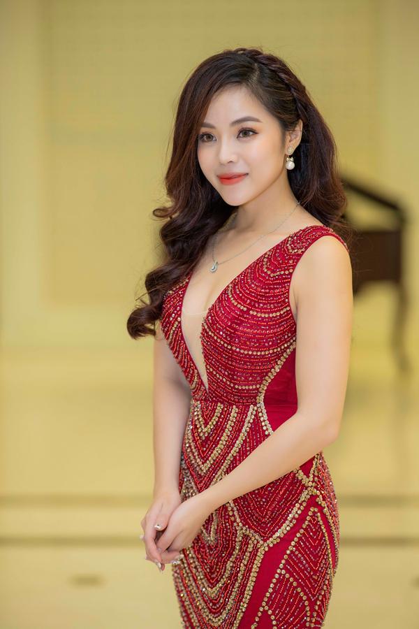 Sao Mai Diệu Ly trong buổi ra mắt album về Hà Nội vào cuối tuần qua.