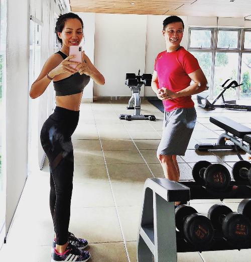 Ca sĩ Hoàng Bách cùng bà xã rủ nhau đi tập gym.