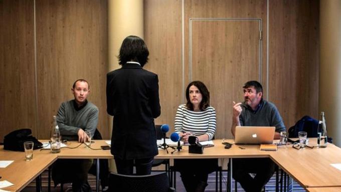 Bà Grace Mạnh, vợ ông Mạnh Hoành Vĩ, chia sẻ thông tin trong cuộc họp báo ở Pháp hôm 7/10. Ảnh: AFP.