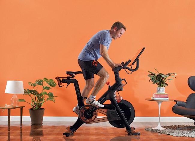 Xe đạp thể thao của Peloton được kết nối trực tuyến với các huấn luyện viên tại studio của Peloton ở New York. Ảnh: Bloomberg.