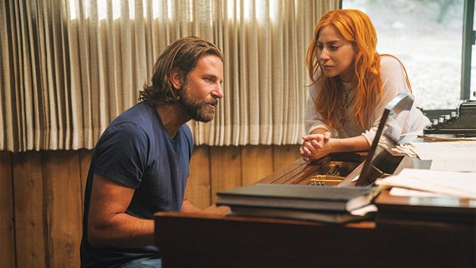 Cặp đôi diễn viên trong cảnh phim song ca bên đàn piano