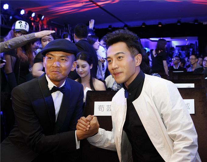 Chung Hán Lương và Lưu Khải Uy gặp nhau tại đêm tiệc của ngành truyền hình Trung Quốc năm 2013. Ảnh: Xinhua