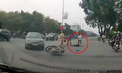 Quái xế chạy xe máy lạng lách, tự tông ôtô rồi ngã bất tỉnh