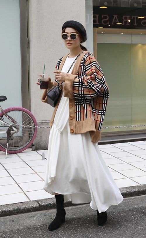 Trong những ngày trở gió, áo cardigan trên chất liệu len sẽ khiến mẫu váy trắng bớt phần phong phanh.