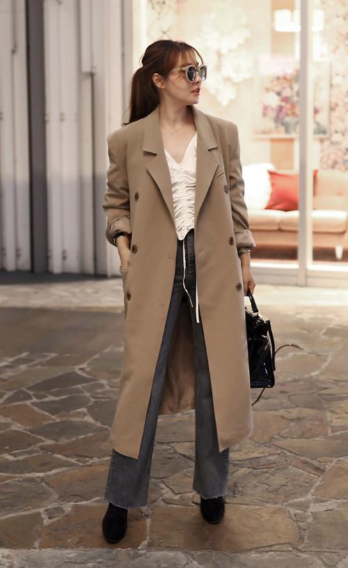 Trend coat trung tính là trang phục mỗi bạn gái nên có để mix đồ thu tiện lợi hơn. Kiểu áo dáng dài, màu đơn sắc dễ dàng phối cùng sơ mi, quần jeans, chân váy midi.