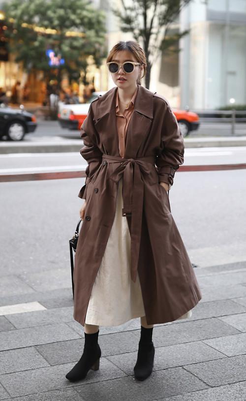 Phối trang phục nhiều layer với các mẫu áo quần cắt may trên chất liệu ka ki mỏng cũng được các fashinista Hàn Quốc yêu thích.