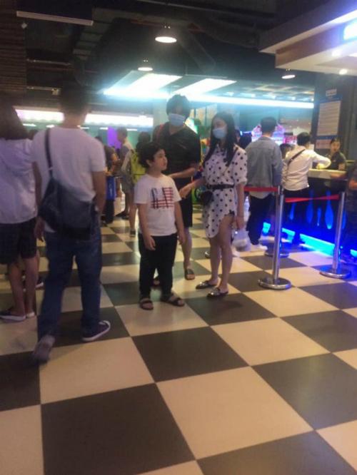 Tim - Trương Quỳnh Anhcùng con trai đi xem phim dù cả hai đã ly hôn.