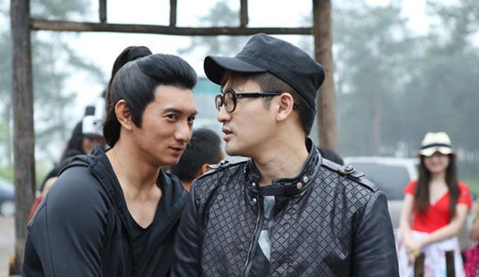 Tô Hữu Bằng đến thăm Ngô Kỳ Long trên phim trường Tân bạch phát ma nữ truyện năm 2012. Ảnh: Sina
