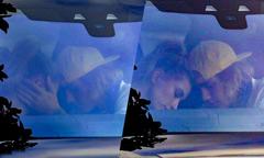 Justin Bieber âu yếm Hailey Baldwin trong xe hơi