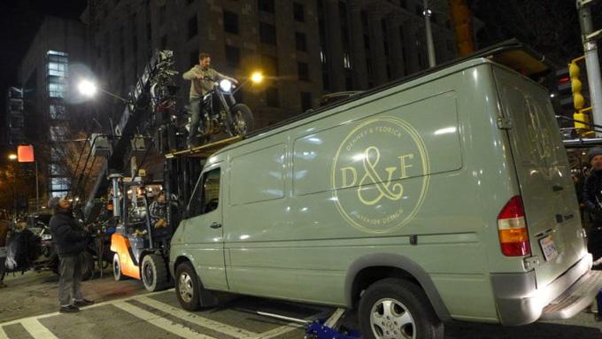 Một diễn viên đóng thế thực hiện cảnh quay moto chạy trên nóc oto. Ảnh: IGN