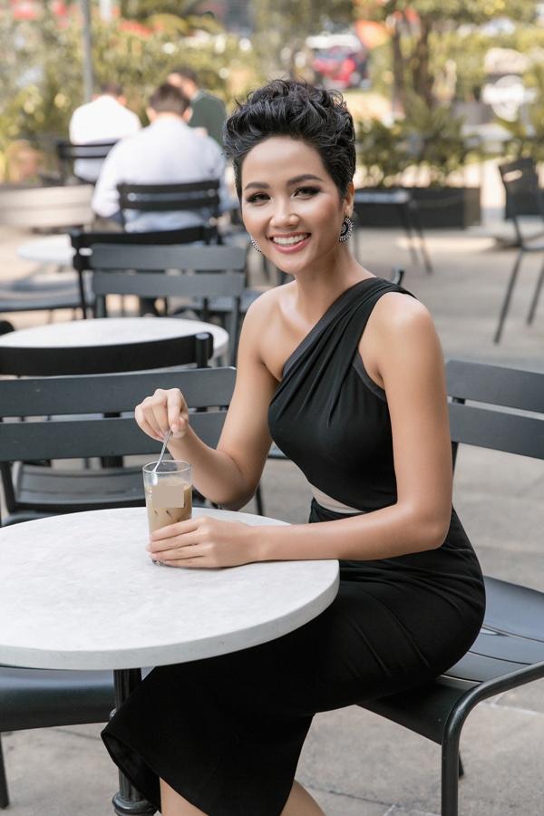 HHen Niê diện váy ôm khoe vòng ba 97cm nhờ tập luyện