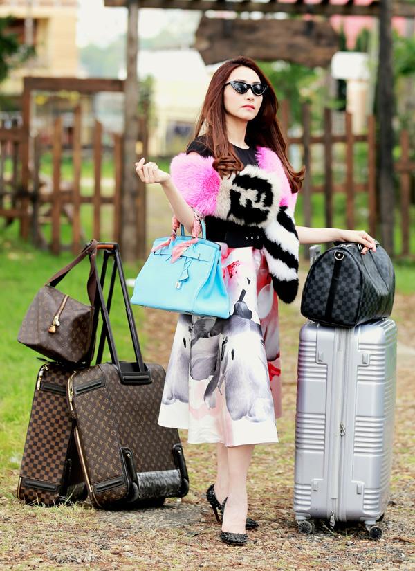 Ngân Khánh về nước đóng phim Quý cô thừa kế, sau 3 năm du học ở Singapore. Cô được giao vai nữ chính tên Nhung - một cô tiểu thư nhà giàu, nghiện hàng hiệu.
