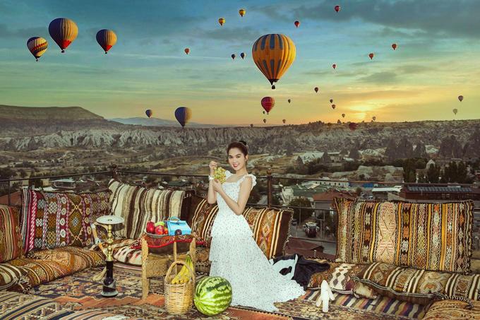 Ngọc Trinh đã đi châu Âu nhiều lần nhưng đây là lần đầu tiên cô được tới thăm đất nước Thổ Nhĩ Kỳ. Nữ người mẫu rất hào hứng khi ngắm cảnh thiên nhiên hoang sơ từ tầng thượng một tòa nhà.
