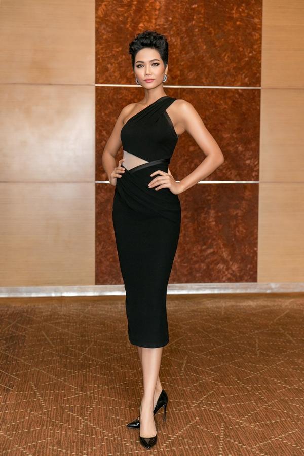 HHen Niê diện váy ôm khoe vòng ba 97cm nhờ tập luyện - 1