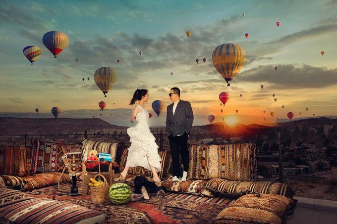 Cô đi cùng ông bầu Vũ Khắc Tiệp. Cả hai gắn bó như tri kỷ hơn 10 năm nay. Ngọc Trinh rủ bầu Tiệp dậy sớm, ngắm cảnh bình minh và chụp ảnh với những chiếc khinh khí cầu đầy màu sắc.