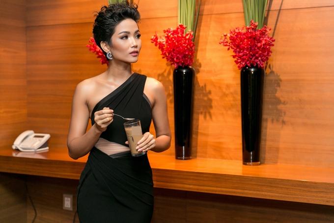 HHen Niê diện váy ôm khoe vòng ba 97cm nhờ tập luyện - 2