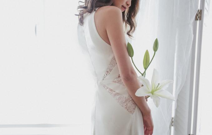 Những điểm nhấn tinh tế thay dần với kiểu dáng đính kết nặng nề. Từng chi tiết được đặt để khéo léo, tôn thêm phần quyến rũ cho các cô dâu.