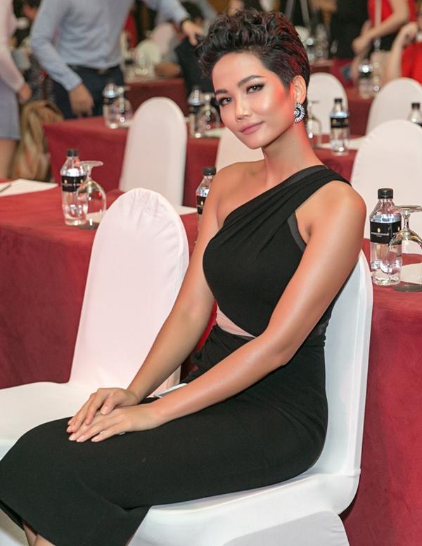 HHen Niê diện váy ôm khoe vòng ba 97cm nhờ tập luyện - 3