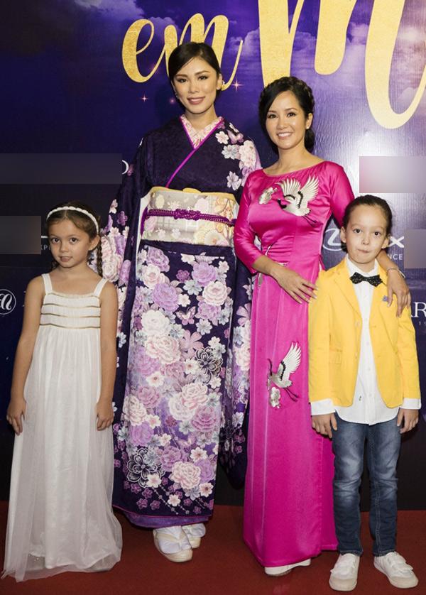 Hồng Nhung đưa hai con đi diễn cùng. Diva vui vẻ gặp lại mỹ nhân người Nhật Riyo Mori. Ba mẹ con hồng Nhung từng có dịp trò chuyện cùng Hoa hậu Hoàn vũ 2007 trong một sự kiện diễn ra ở TP HCM,năm 2017.