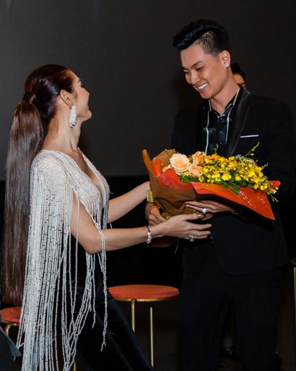 Chồng Lâm Khánh Chi không diễn xuất trong phim ca nhạc của vợ nhưng hết lời khen ngợi nội dung bộ phim mang yếu tố liêu trai, hấp dẫn và nhiều ý nghĩa về tình cảm đôi lứa.