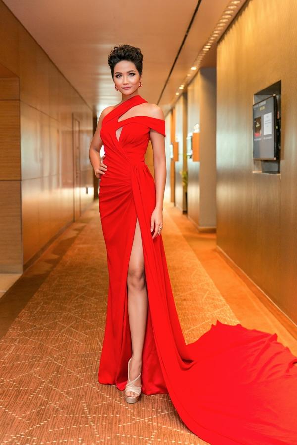 HHen Niê diện váy ôm khoe vòng ba 97cm nhờ tập luyện - 4