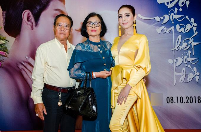 Bố mẹ Lâm Khánh Chi mừng con gái phát hành bộ phim ca nhạc cổ trang mà cô đã ấp ủ trong 5 năm.