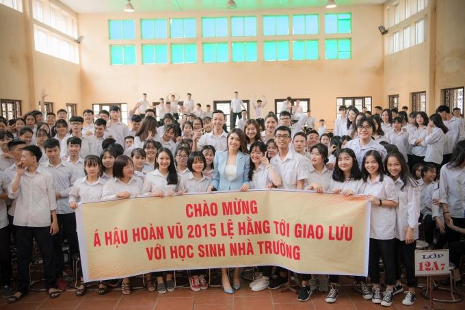 Ngoài giao lưu, Lệ Hằng cònchung tay hỗ trợ các em học sinhcó hoàn cảnh khó khăn vươn lên học tập.