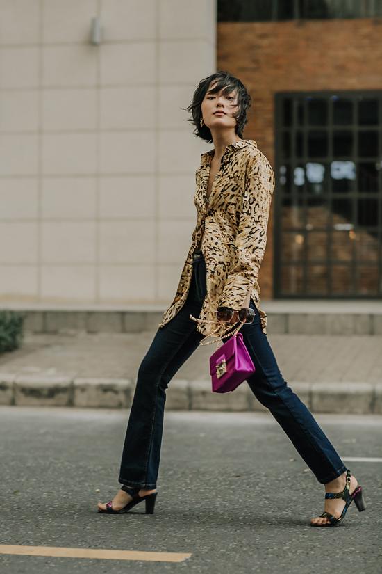 Hồ Thu Anh cá tính cùng cách mix áo sơ mi họa tiets da beo đi cùng quần jeans cổ điển.