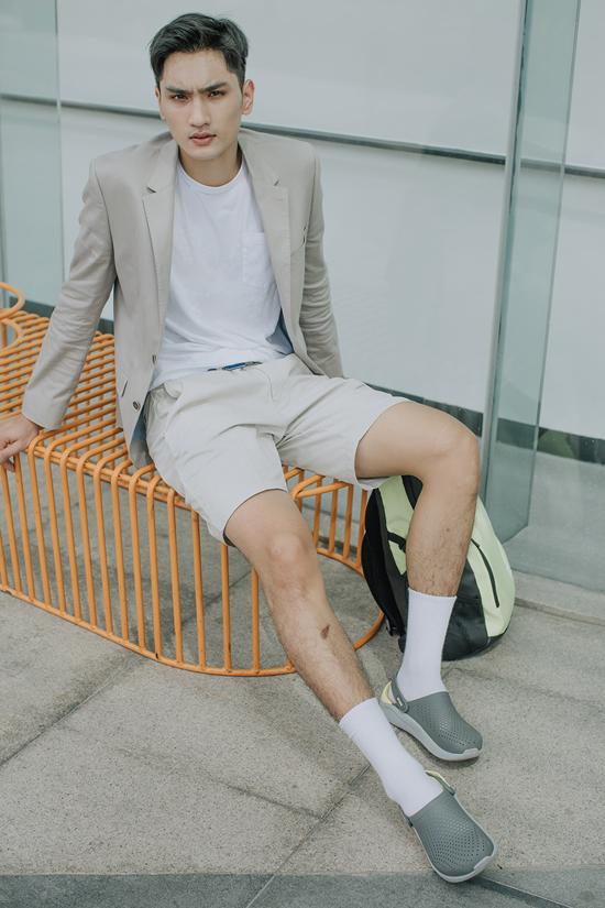 Huy Quang thanh lịch nhưng cũng không kém phần trẻ trung với cách mix vest cùng short.