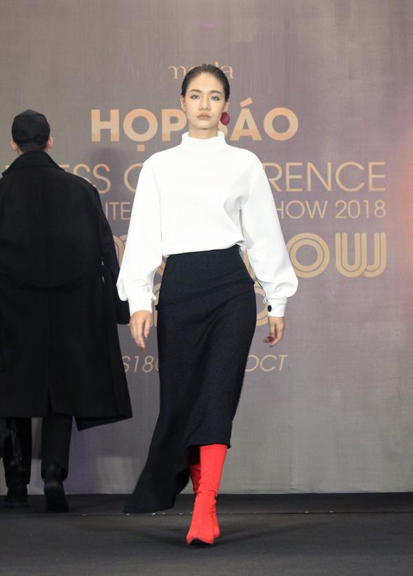 Sau bộ sưu tập collab (hợp tác thiết kế) thành công vào năm ngoái, lần này thương hiệu Việt cộng tác cùng Graeme Armour - NTK người Anh dày dạn kinh nghiệm, từng làm việc tại các nhà mốt nổi danh như Alexander McQueen, Isabel Marant...