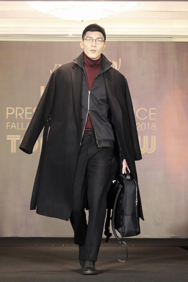 Bên cạnh đó, việc hợp tác cùng anh thể hiện sự hội nhập với ngành công nghiệp thời trang thế giới, chuẩn bị cho bước tấn công thị trường quốc tế của thương hiệu Việt trong tương lai gần.