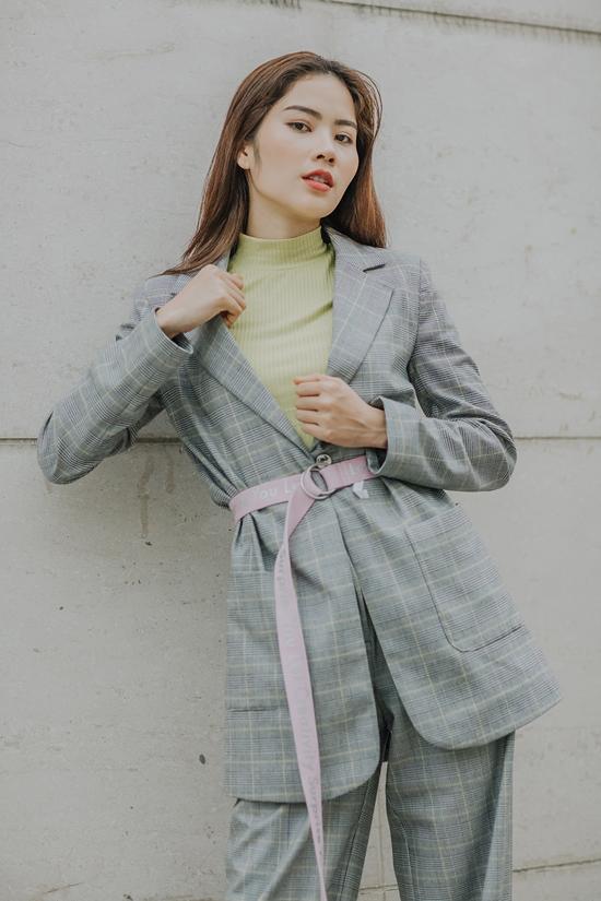 Lệ Nam diện suit kẻ ca rô thời thượng khi xuất hiện trong bộ ảnh tập thể. Cô là một trong những gương mặt gây được sự chú ý của khán giả ở team Thanh Hằng.