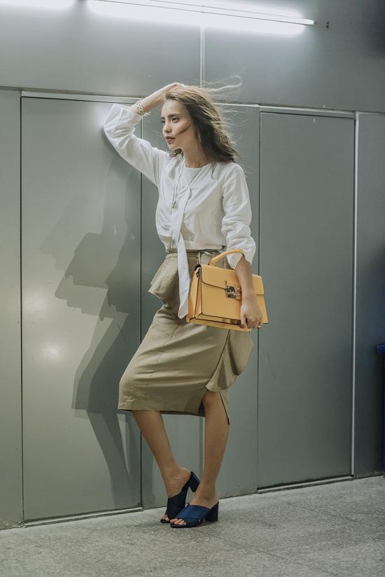 Chân váy vạt xéo cùng áo blouse trắng là hai mẫu trang phục hot trend được Linh Chi kết hợp cùng nhau.