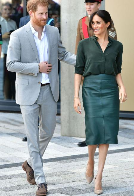 Vợ chồng Harry - Meghan trong chuyến thăm đầu tiên tới hạt Sussex hôm 3/10. Ảnh: PA.