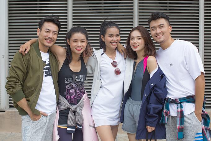 Các thành viên trong team Minh Hằng khoe nét khỏe khoắn cùng các mẫu trang phục theo phong cách thể thao.