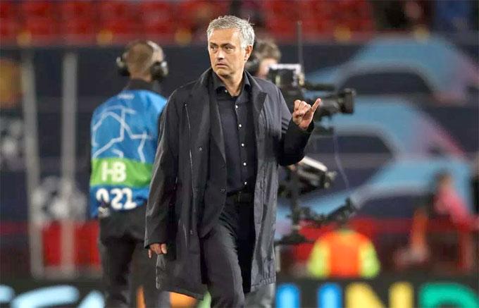 Mourinho giơ ngón tay út nhiều lần sau trận đấu. Giải thích về hành động này, ông cho biết: Đó là một ngón tay, một ngón tay nhỏ hơn so với các ngón khác. Nhiều ý kiến cho rằng HLV MU muốn ám chỉ đến những người chỉ trích ông là tiểu nhân.