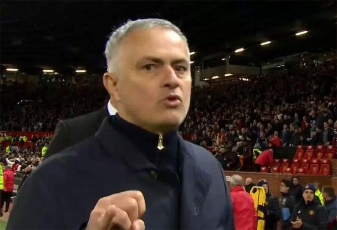 Áp lực dành cho Mourinho sau chuỗi trận không thành công. Ông cũng bị cho rằng không kiểm soát được phòng thay đồ khiến cầu thủ liên tục gây rối. Hai trong số những cựu công thần của MU là Scholes và Rio Ferdinand liên tục nhận xét không tốt với Mourinho. Hai người này đang là khách mời, bình luận viên của truyền hình ở Anh.