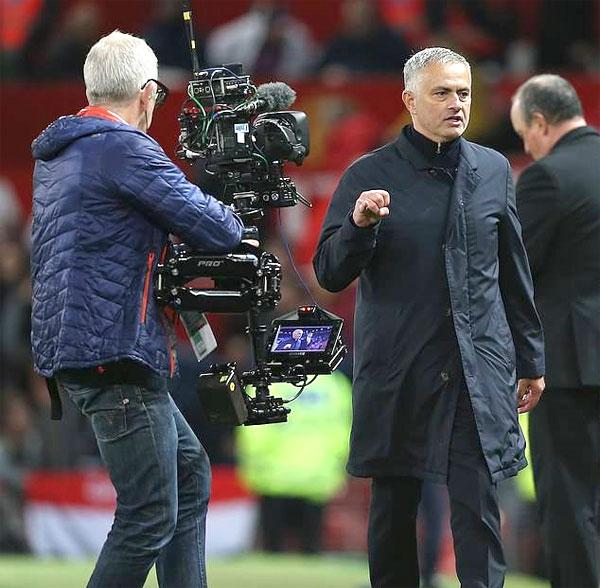 Mourinho bị điều tra vì liên tục giơ ngón út khó hiểu - 6