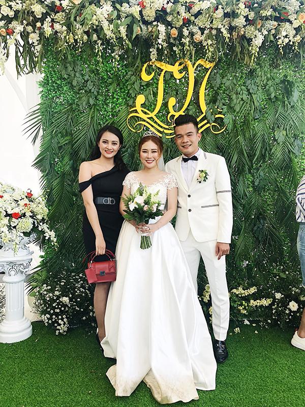 Rất đông bạn bè, người thân đến chúc mừng vợ chồng Hoàng Thịnh trong ngày trọng đại.